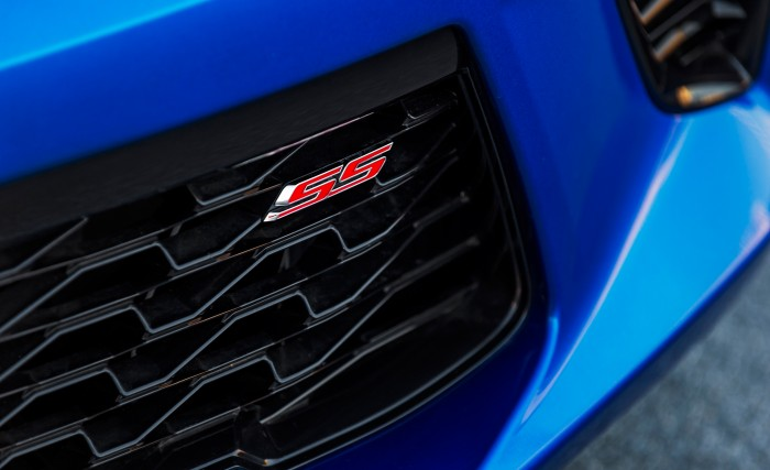 2016-Chevrolet-Camaro-SS-grille-badge