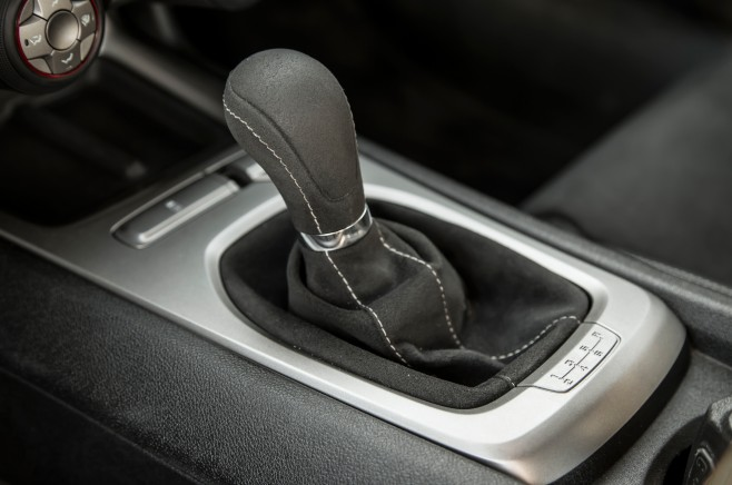 2014-Chevrolet-Camaro-SS-1LE-gear-shift-knob